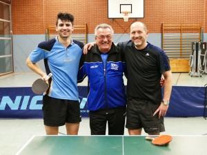 Die Finalisten Carlo Knauf und Stefan Holzmüller mit Schiedsrichter Hans Rohnert.